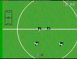 O campo está bastante ampliado, mas para compensar temos um pequeno radar que mostra as posições dos jogadores